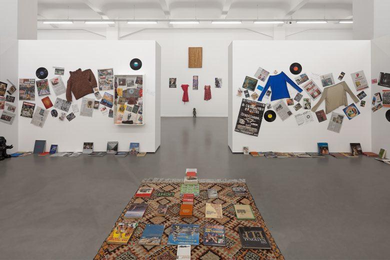 Georges Adéagbo, Installationsansicht, 'À la rencontre de l'art', Kunsthaus Hamburg 2017, Foto: Hayo Heye